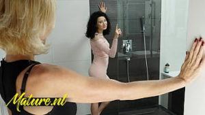 stiefmutter-stieftochter-lesbensex-dusche